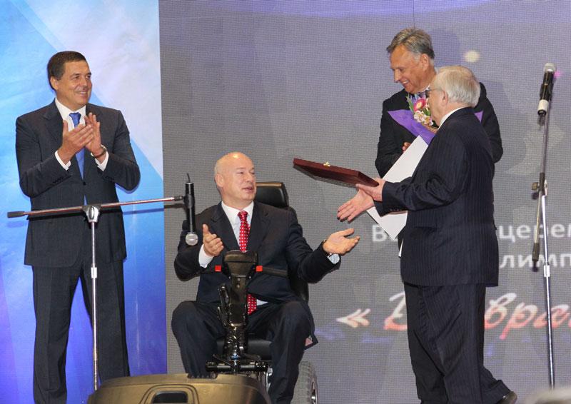 Основателю фонда «Параспорт» Олегу Бойко вручили награду Паралимпийского комитета России за вклад в развитие паралимпийского спорта.